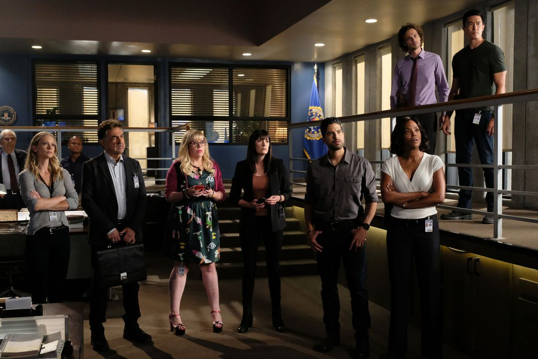 Das BAU-Team, (v.l.n.r.) JJ (Andrea Joy Cook), Rossi (Joe Mantegna), Garcia (Kristen Vangsness,), Emily (Paget Brewster) Alvez (Adam Rodriguez), Lyn... - Bildquelle: Disney Media Distribution