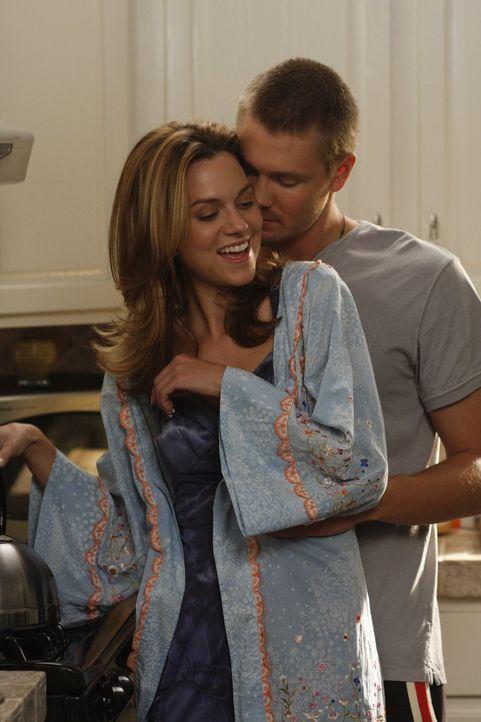 Peyton (Hilarie Burton, l.) ist überglücklich, dass Lucas (Chad Michael Murray, r.) sich für sie entschieden hat und sie bald heiraten werden ... - Bildquelle: Warner Bros. Pictures