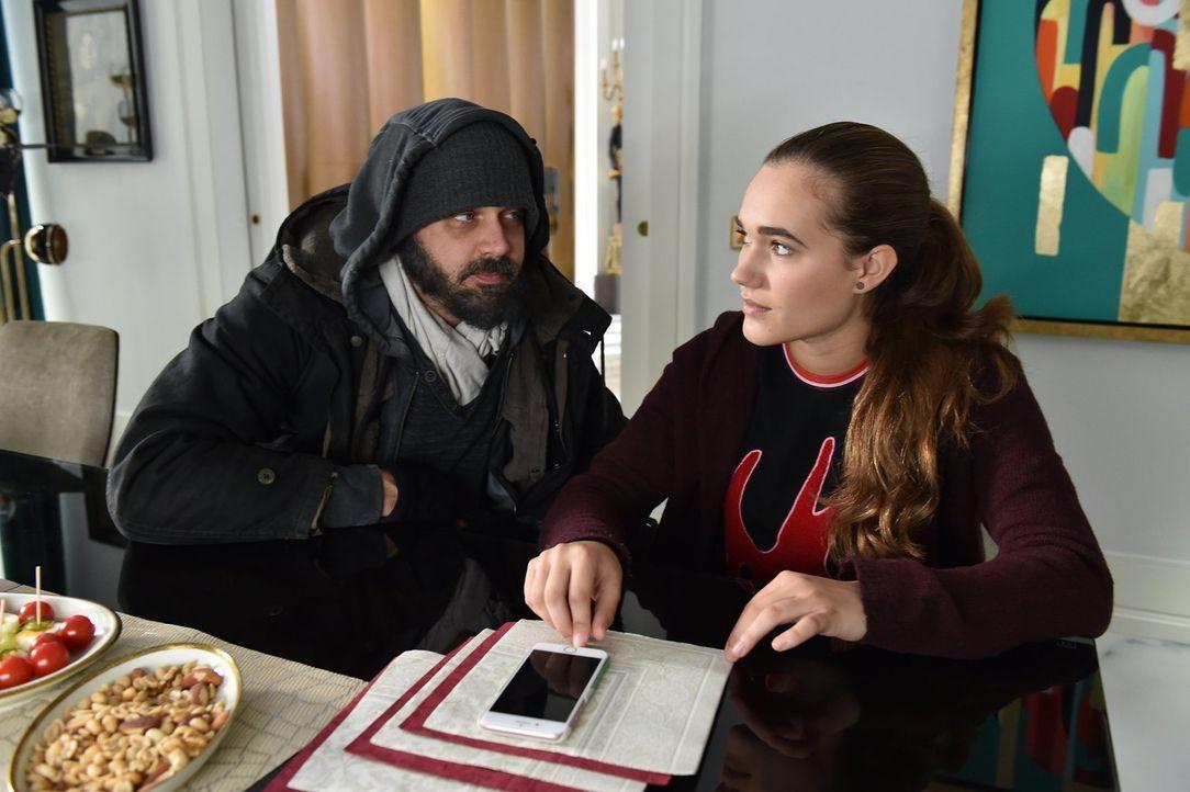 Daniel (Raphael Vogt, l.) gibt Maria (Josephine Martz, r.) Tipps für ihr Liebesleben. Ob sie auf ihn hören wird? - Bildquelle: Andre Kowalski SAT.1/Andre Kowalski