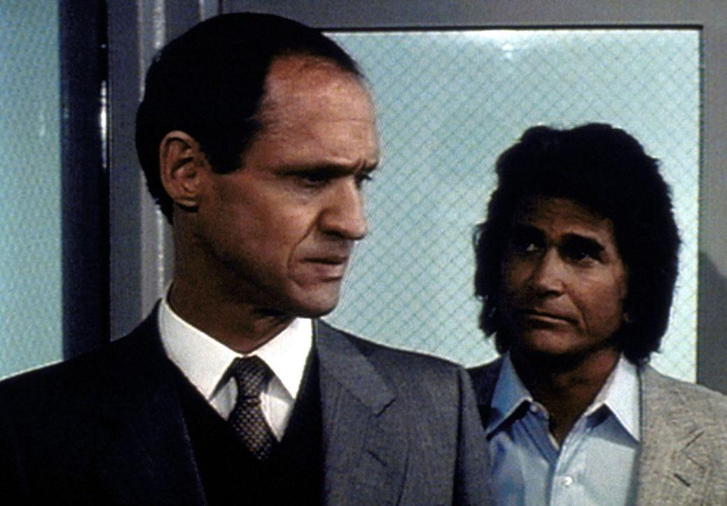 Jonathan (Michael Landon, r.) gelingt es schließlich, an Gefängnisdirektor Inmans (Bruce French, l.) Menschlichkeit zu appellieren. - Bildquelle: Worldvision Enterprises, Inc.