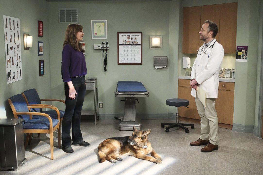 Als Bonnie (Allison Janney, l.) auf den Hund ihres Freundes aufpassen soll, läuft es nicht wie geplant ... - Bildquelle: 2016 Warner Bros. Entertainment, Inc.