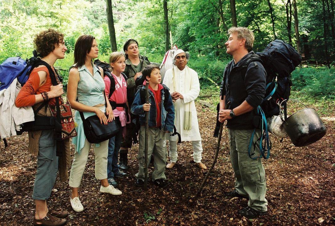 Überlebenstrainer Tom (Jörg Schüttauf, r.) schart seine bunt gemischte Survivalgruppe um sich: Baumflüsterin Gisela (Friederike Wagner, l.), Gro... - Bildquelle: Oliver Ziebe Sat.1
