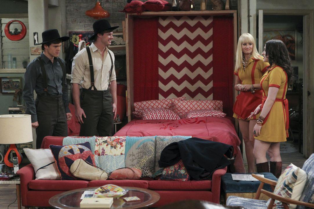 Als Caroline (Beth Behrs, 2.v.r.) und Max (Kat Dennings, r.) die beiden Armish-Jungs Jacob (Jack DePew, l.) und Jebediah (Brandon Jones, 2.v.l.) auf... - Bildquelle: Warner Brothers