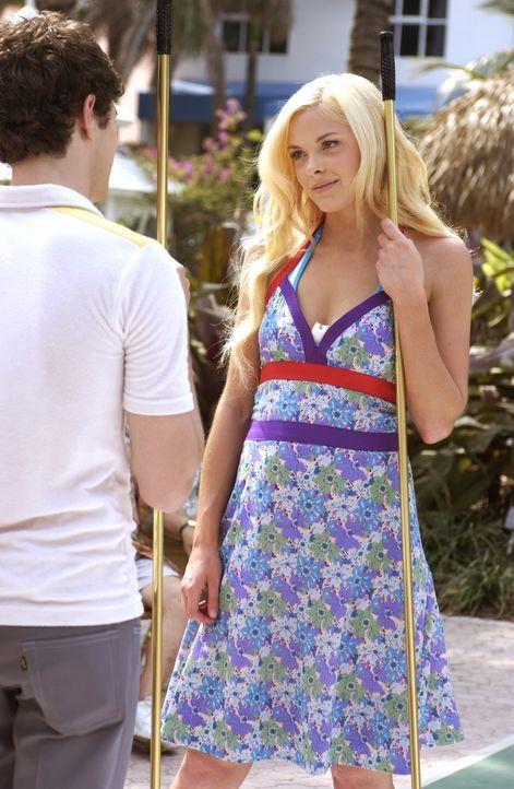Seth (Adam Brody, l.), der Florida liebt und zu den Rentnern in Nanas Wohnanlage ein innigen Verhältnis pflegt, lässt sich von einem Mädchen (Jai... - Bildquelle: Warner Bros. Television