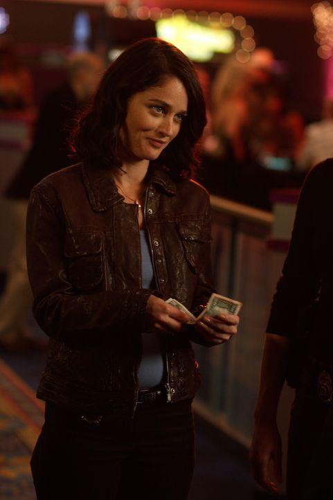 Sieht sich im Casino um: Teresa (Robin Tunney) ... - Bildquelle: Warner Bros. Television