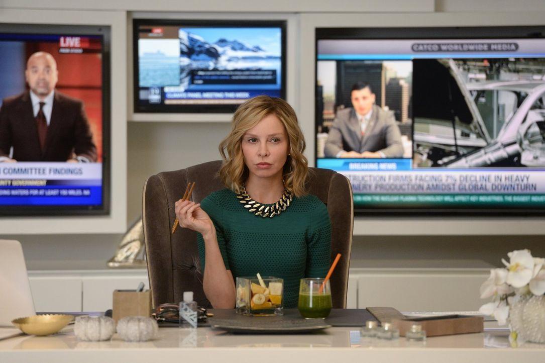 Cat (Calista Flockhart) wird zur Zielscheibe der schurkischen Livewire, die in Wirklichkeit eine CatCo-Reporterin ist, die durch einen Unfall in ein... - Bildquelle: 2015 Warner Bros. Entertainment, Inc.