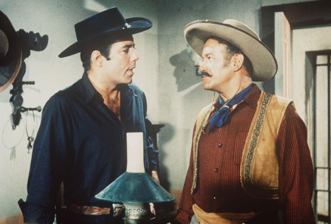 Adam Cartwright (Pernell Roberts, l.) fragt den Polizeichef (Darsteller unbekannt) über den Tod seines Freundes Carl aus ... - Bildquelle: Paramount Pictures