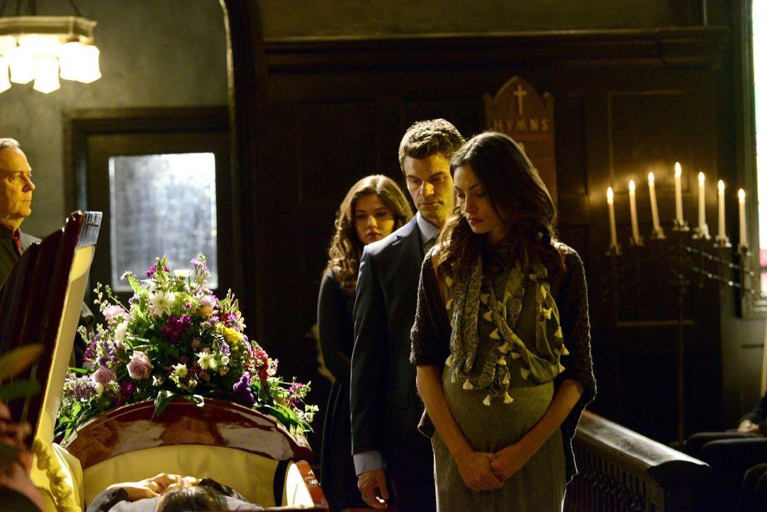 Müssen sich endgültig von Pater Kieran verabschieden: Hayley (Phoebe Tonkin, r.), Elija (Daniel Gillies, M.) und Davina (Danielle Campbell, l.) ... - Bildquelle: Warner Bros. Television