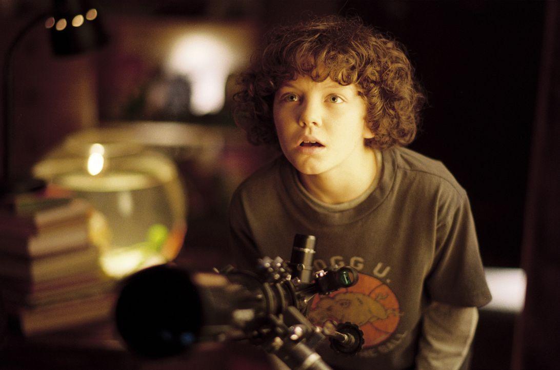 Der kleine Josh Morrison (Austyn Myers) beobachtet mit seinem Teleskop den New Yorker Sternenhimmel, als eine kleine Metallkugel vom Himmel stürzt,... - Bildquelle: Kinowelt GmbH