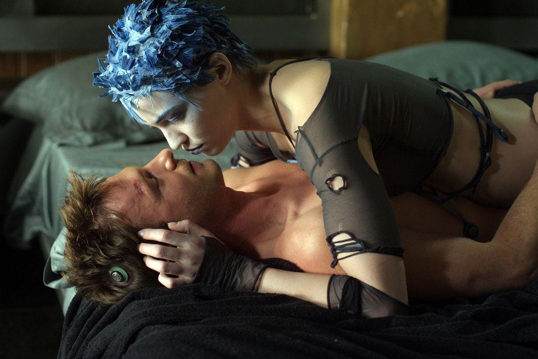 Nach und nach verlieben sich Jill (Linda Hardy, r.) und Nikopol (Thomas Kretschmann, l.) ineinander. Beide ahnen jedoch nicht, dass in Nikopol ein l... - Bildquelle: TF1 Films Productions
