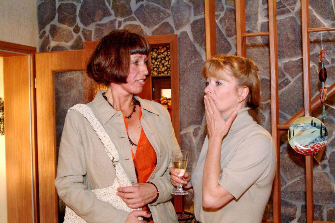 Der Stolz auf den Verkaufserfolg währt nicht lange: Helga (Ulrike Mai, r.) ist geschockt, als ihre Kundin Sigrid Bubolz (Brigitte Schmusch, l.) - m... - Bildquelle: Sat.1
