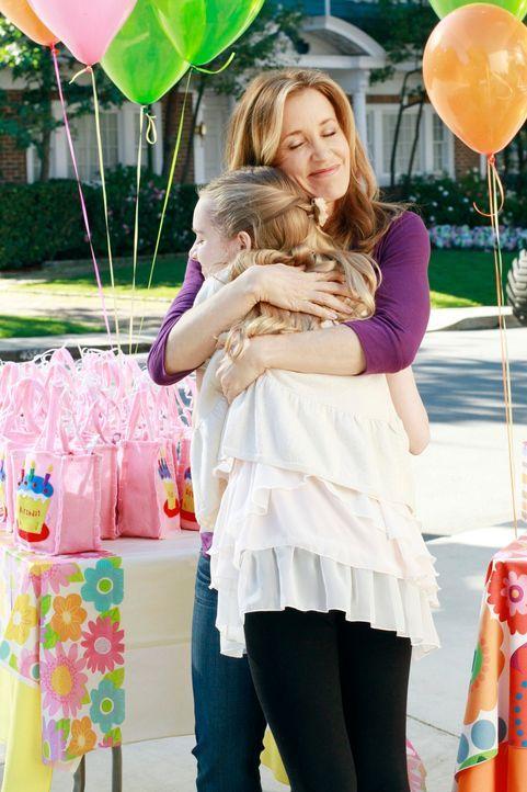 Während Lynette (Felicity Huffman, r.) mit Penny (Darcy Rose Byrnes, l.) ihren Geburtstag feiert, bittet Karen aufgrund ihrer Krebserkrankung Bree d... - Bildquelle: Touchstone Pictures