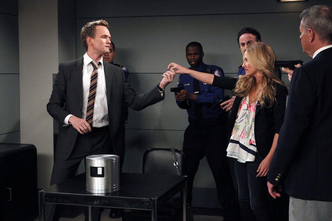 Während sich Ted mit einer Ex-Freundin wiedertrifft, hat Barney (Neil Patrick Harris, l.) eine ganz besondere Überraschung für Quinn (Becki Newton,... - Bildquelle: 20th Century Fox International Television