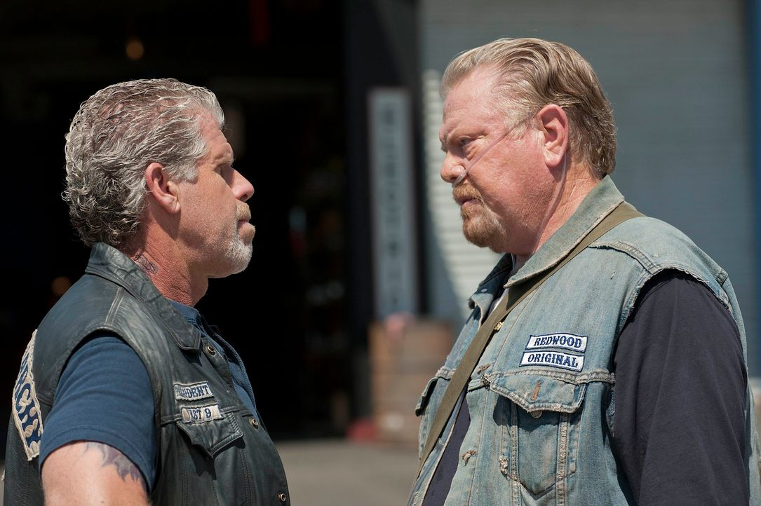 Seinen letzten Widersacher räumte Clay (Ron Perlman, l.) aus dem Weg, aber noch sieht sich Piney (William Lucking, r.) auf der sicheren Seite ... - Bildquelle: 2011 Twentieth Century Fox Film Corporation and Bluebush Productions, LLC. All rights reserved.