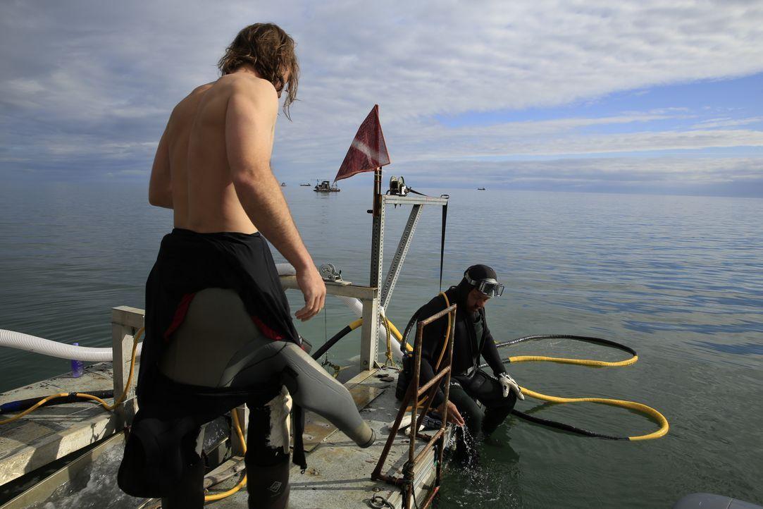 Johnny im Taucheranzug auf dem Dredging-Boot von Ian Forster