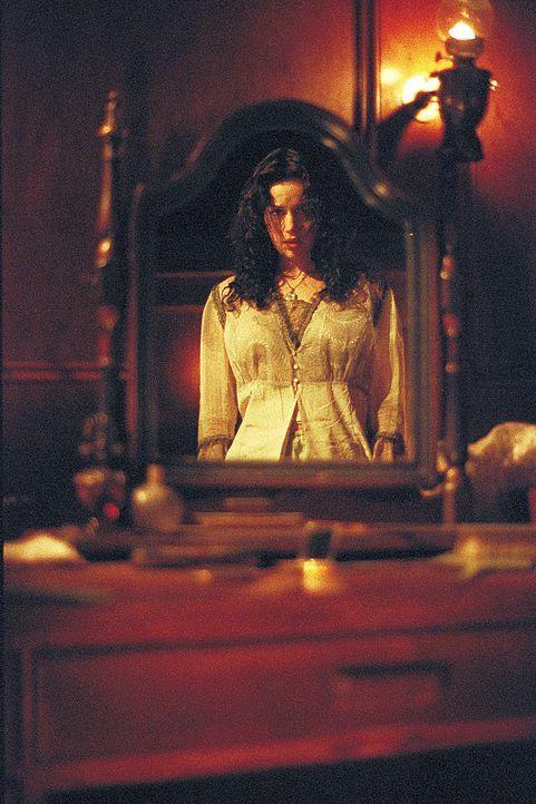 Im Visier einer skrupellosen Jungfrau: Lily (Carla Gugino) ... - Bildquelle: 2004 Sony Pictures Television International. All Rights Reserved.