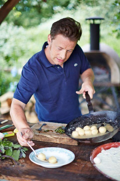 Jamie Oliver wagt einen kleinen Ausflug in die italienische Küche und zaubert Butter-Salbei-Gnudi ... - Bildquelle: FRESH ONE PRODUCTIONS MMXIV