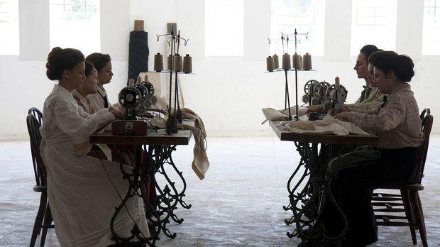 In der Triangle Shirtwaist Factory werden Kleidungsstücke hergestellt. Etwa 5...