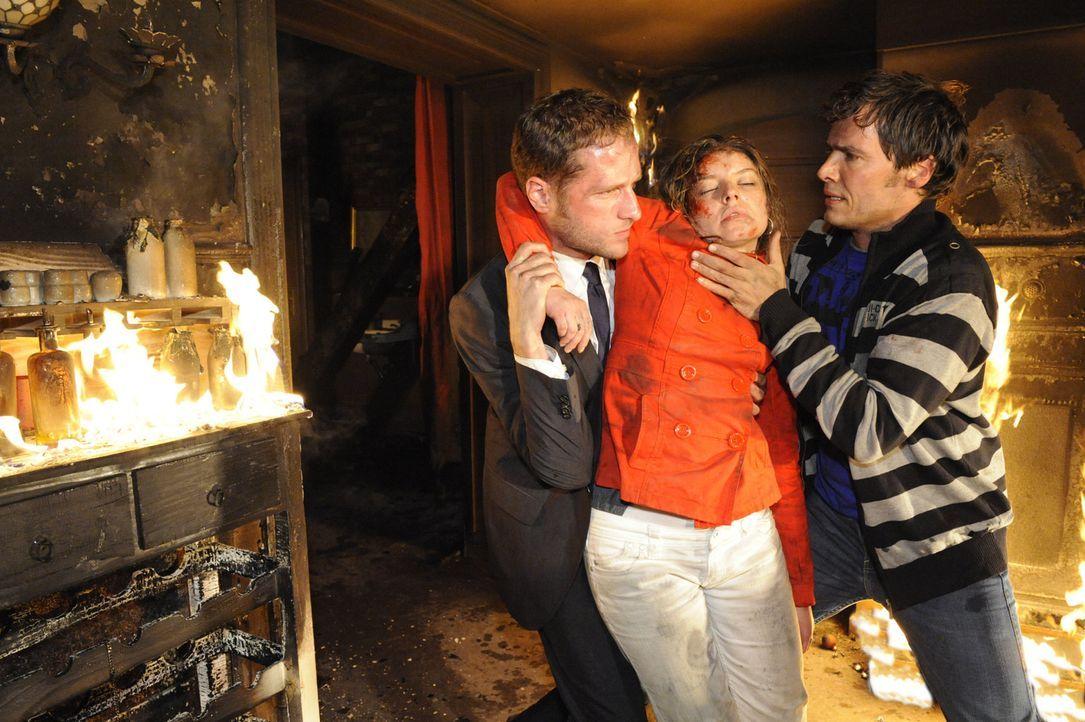 Gemeinsam versuchen David (Lee Rychter, l.) und Alexander (Paul Grasshoff, r.) Katja (Karolina Lodyga, M.) aus der brennenden Goldelse zu befreien ... - Bildquelle: SAT.1