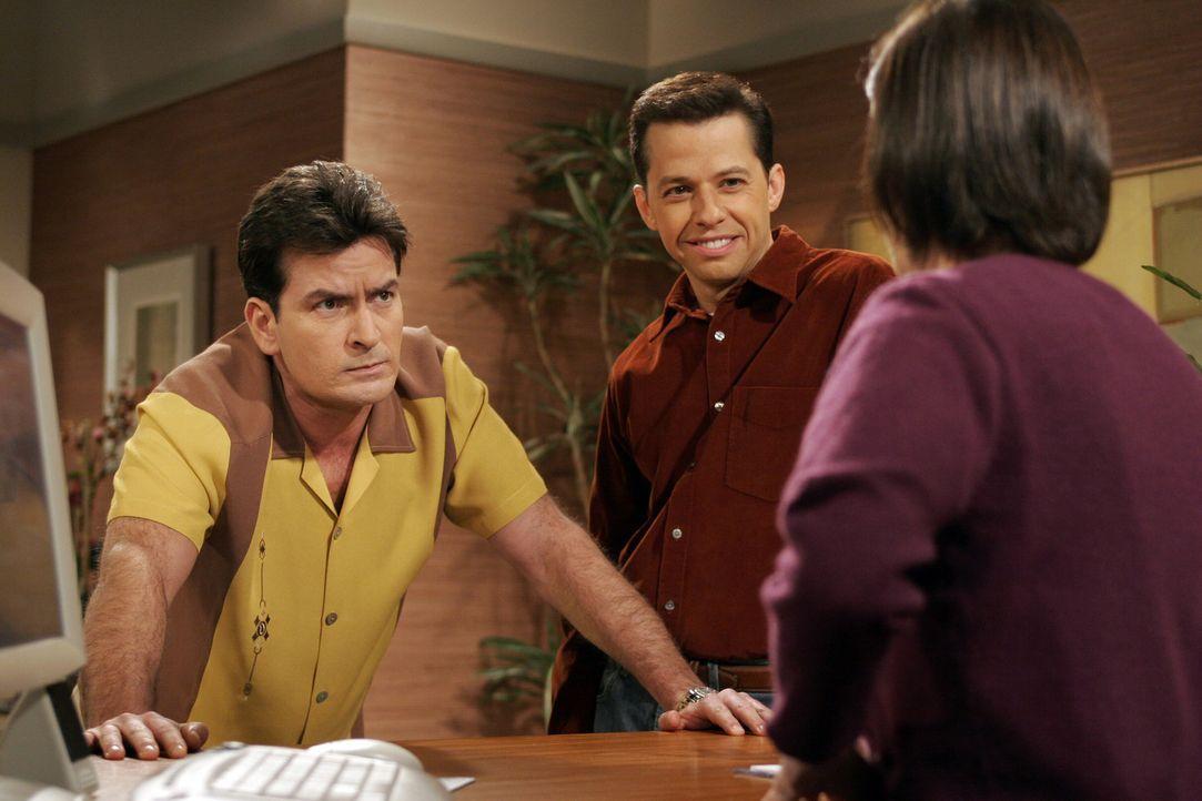 Alan (Jon Cryer, M.) bringt Charlie (Charlie Sheen, l.), nachdem er sich heftige Rückenschmerzen zugezogen hat, zu einem Arzt. Um gleich an die Reih... - Bildquelle: Warner Brothers Entertainment Inc.