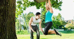 Sport gehört zum Abnehmen dazu. Klimmzüge im Freien sind ein wunderbares Work...