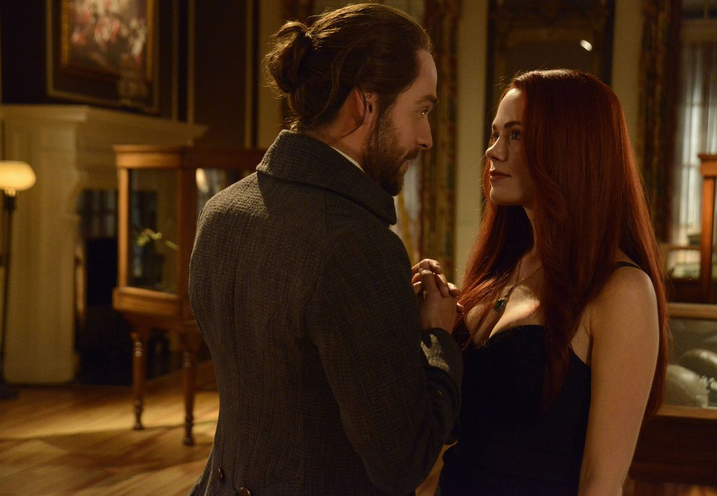 Eigentlich wollten sich Ichabod (Tom Mison, l.) und Katrina (Katia Winter, r.) einen Abend frei von all den apokalyptischen Ereignissen nehmen, doch... - Bildquelle: 2014 Fox and its related entities. All rights reserved