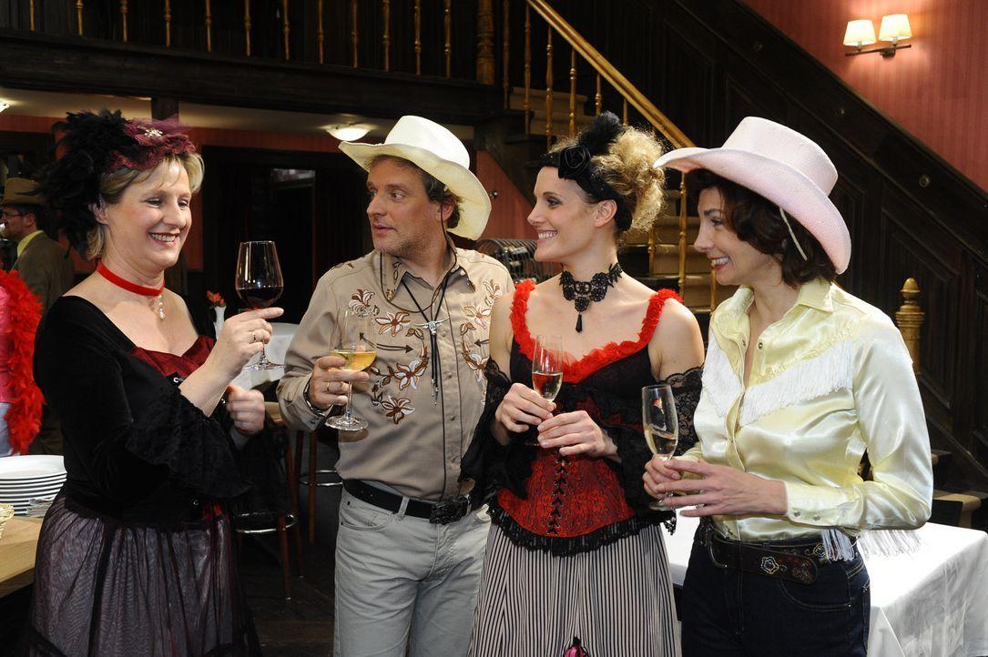 Freuen sich für Anna und Jonas: (v.l.n.r.) Susanne (Heike Jonca), Ingo (Wolfgang Wagner), Maja (Barbara Lanz) und Steffi (Karin Kienzer) ... - Bildquelle: SAT.1