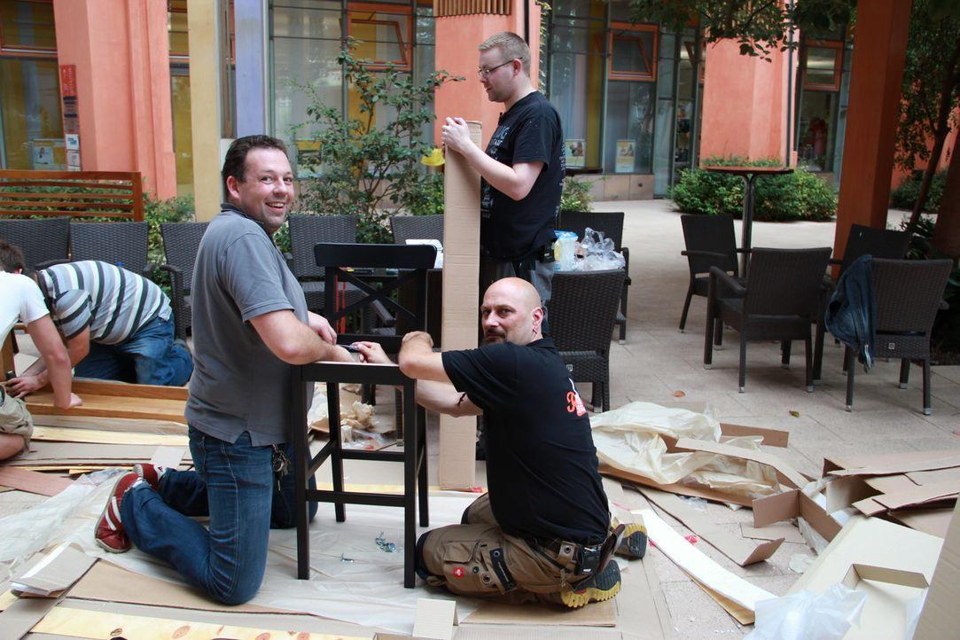 """Die """"Brasserie & Bar Prisma"""" braucht dringend eine Rundum-Überholung. Frank Rosins Helfer bringen unter der Regie von Bauleiter """"Willi"""" Wilke (r.) d... - Bildquelle: kabel eins"""