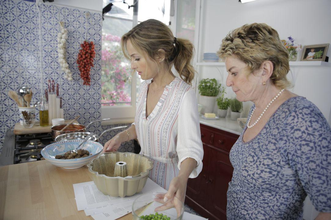Im Rezeptbuch ihrer Großmutter stößt Giada (l.) auf das Gericht Sartu di Riso, das sie zusammen mit ihrer Tante Raffy (r.) zubereitet ... - Bildquelle: 2015,Television Food Network, G.P. All Rights Reserved