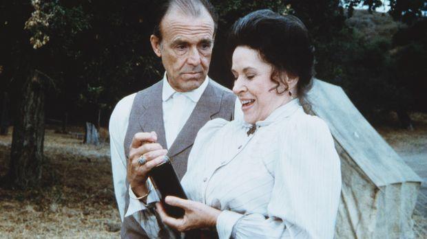 Freudestrahlend erklärt Harriet Oleson (Katherine MacGregor, r.) ihrem Mann N...
