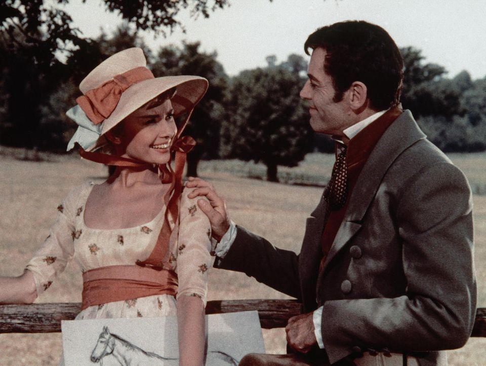 Auch Pierre Besukow (Henry Fonda, r.) ist heimlich in die hübsche Natascha (Audrey Hepburn, l.) verliebt ...
