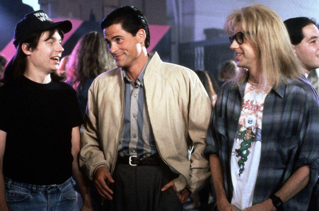 Der Fernsehproduzent Benjamin (Rob Lowe, M.) erkennt das Kult-Potential der Show von den zwei Ausgeflippten Wayne (Mike Myers, l.) und Garth (Dana C... - Bildquelle: Paramount Pictures