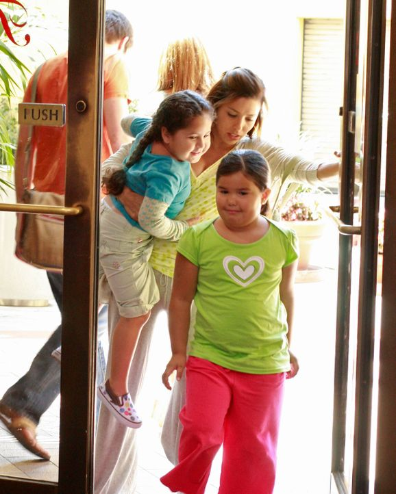 In der Wisteria Lane ist einiges geschehen: Gabrielle (Eva Longoria, r.) ist inzwischen Mutter zweier Mädchen (Daniella Baltodano, l. und Madison De... - Bildquelle: ABC Studios