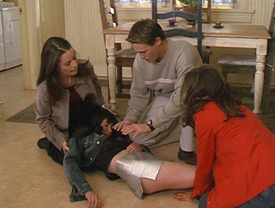 Piper (Holly Marie Combs, l.), Leo (Brian Krause, M.) und Phoebe (Alyssa Milano, r.) versuchen verzweifelt, Prue (Shannen Doherty, vorne) wieder zum... - Bildquelle: Paramount Pictures