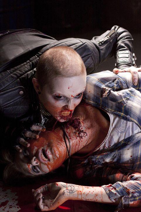 Unglücklicherweise fällt Amber (Diora Baird, unten) der gnadenlosen Vampirin Stacey (Katharine Isabelle, oben) zwischen die Zähne ... - Bildquelle: 2010 Stage 6 Films, Inc. All Rights Reserved.
