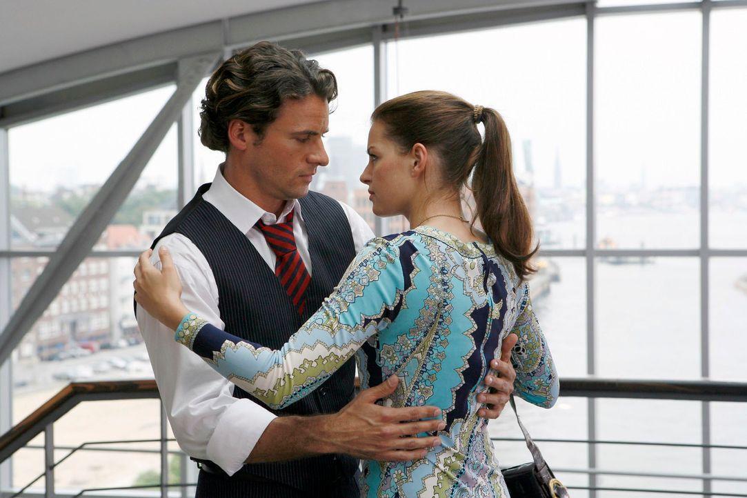 Irritiert lösen sich Katrina und David aus einer unverfänglichen Umarmung. v.l.n.r.: David Berger (Stephan Luca), Katrina Lang (Yvonne Catterfeld) - Bildquelle: Georg Pauly Sat.1