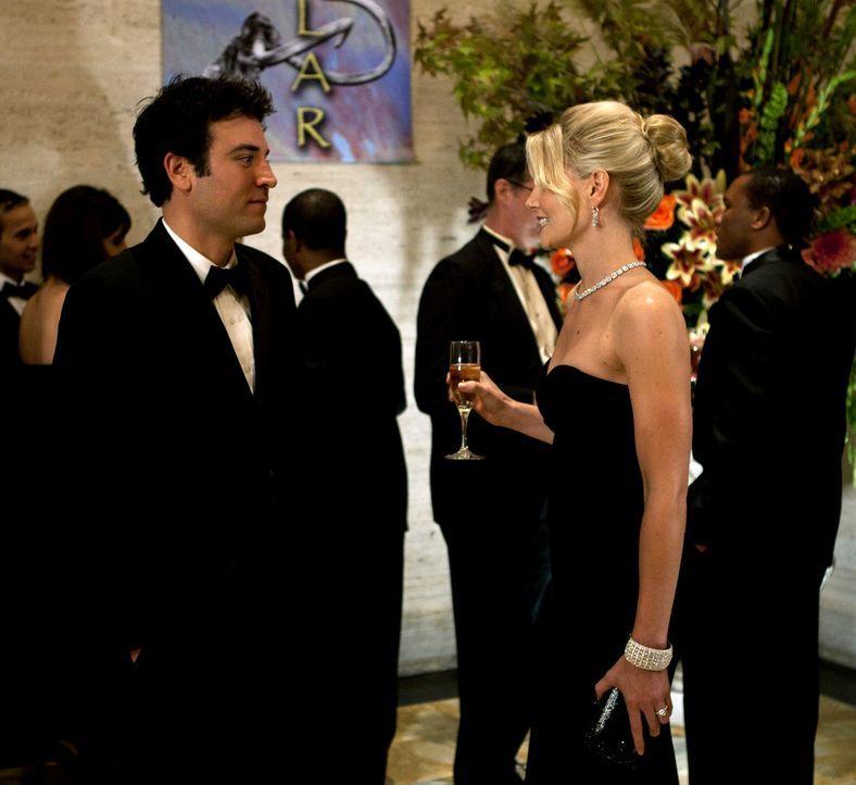 Während Ted (Josh Radnor, l.) bei einer Spendenaktion im Naturkundemuseum wieder auf Zoey (Jennifer Morrison, r.) trifft, treiben Robin und Barney... - Bildquelle: 20th Century Fox International Television