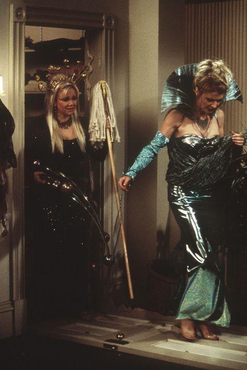 Zelda (Beth Broderick, r.) und Hilda (Caroline Rheam, l.) haben sich für eine Party im anderen Reich kostümiert. - Bildquelle: Paramount Pictures