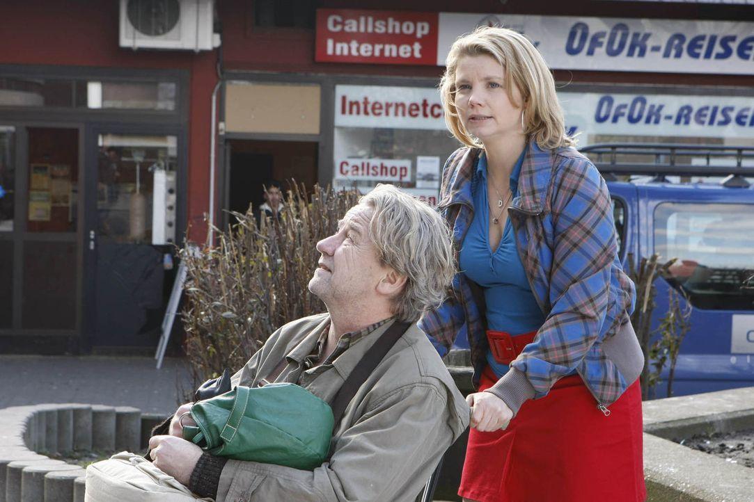 Um Checker vorm Einschläfern zu schützen, nimmt Danni (Annette Frier, r.) ihn zu sich und Kurt (Axel Siefer, l.). Doch als ein Jugendlicher aus der... - Bildquelle: Frank Dicks SAT.1