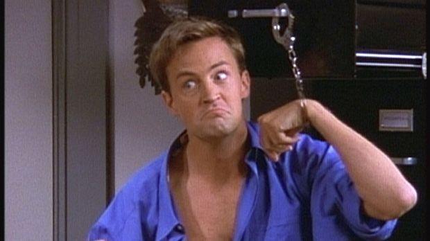 Chandler (Matthew Perry) ist mit Handschellen an einen Aktenschrank gefesselt...
