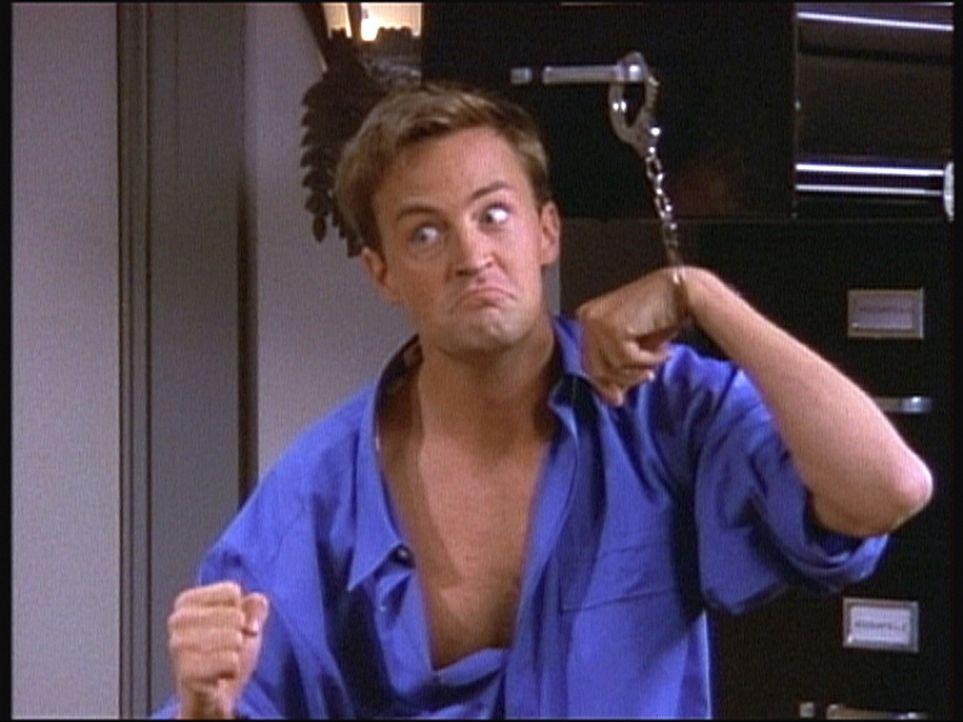 Chandler (Matthew Perry) ist mit Handschellen an einen Aktenschrank gefesselt ... - Bildquelle: TM+  2000 WARNER BROS.