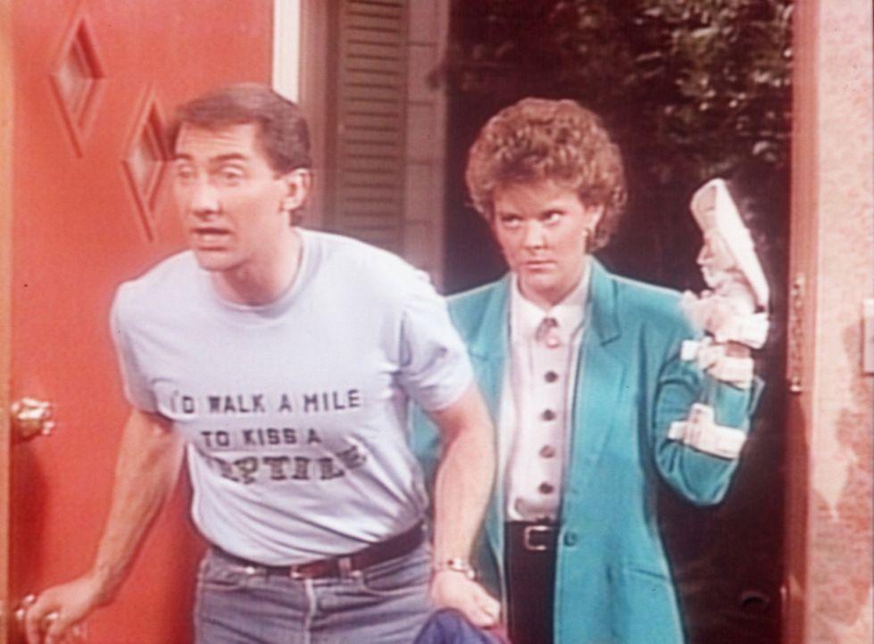 Steve (David Garrison, l.) kann sich auf ein Donnerwetter von Marcy (Amanda Bearse, r.) gefasst machen ... - Bildquelle: Sony Pictures Television International. All Rights Reserved.