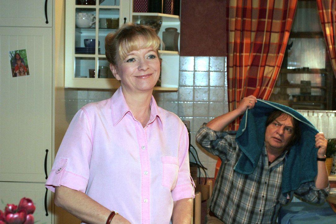 Helga sinniert über das anstehende Rendezvous von Lisa und Rokko und hofft, dass die beiden einen schönen Abend verbringen. v.l.n.r.: Helga (Ulrik... - Bildquelle: Monika Schürle Sat.1
