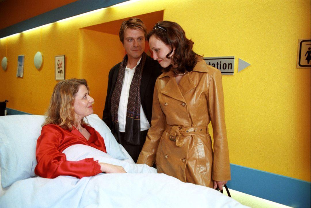 Jannis Bremer (Andreas Maria Schwaiger, M.) und seine Geliebte Sophie (Beate Maes, r.) besuchen Michaela Bremer (Christina Rainer, l.), die an den F... - Bildquelle: Noreen Flynn Sat.1