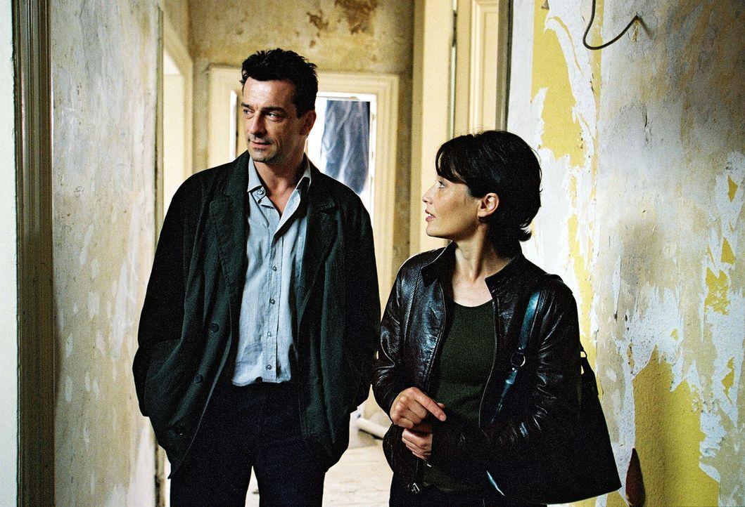 Steiner (Thomas Sarbacher, l.) und Elke Wagenknecht (Anke Sevenich, r.) suchen die Räume der ehemaligen WG auf. - Bildquelle: Thomas Kost Sat.1