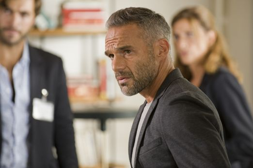 Als ein Mann ermordet aufgefunden wird, hat Rocher (Philippe Bas) schnell ein...
