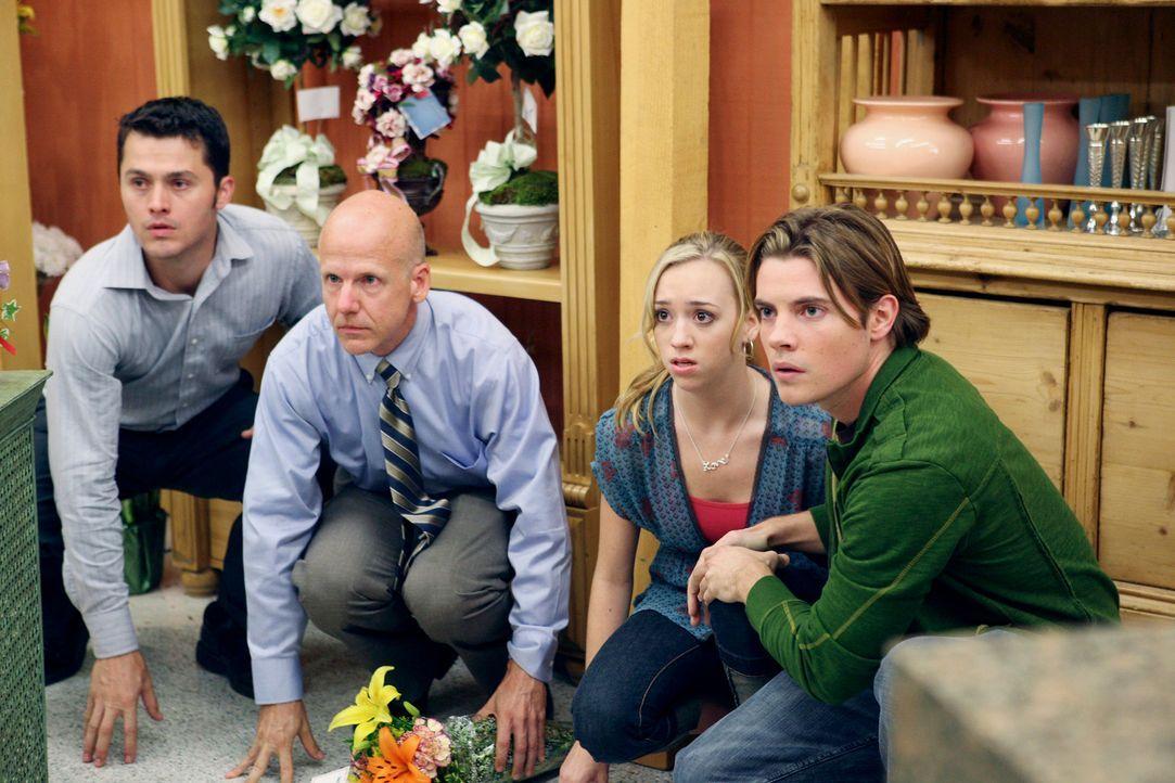 Julie (Andrea Bowen, 2.v.r.) und Austin (Josh Henderson, r.) wurden von Carolyn Bigsby im Supermarkt als Geiseln genommen ... - Bildquelle: 2005 Touchstone Television  All Rights Reserved