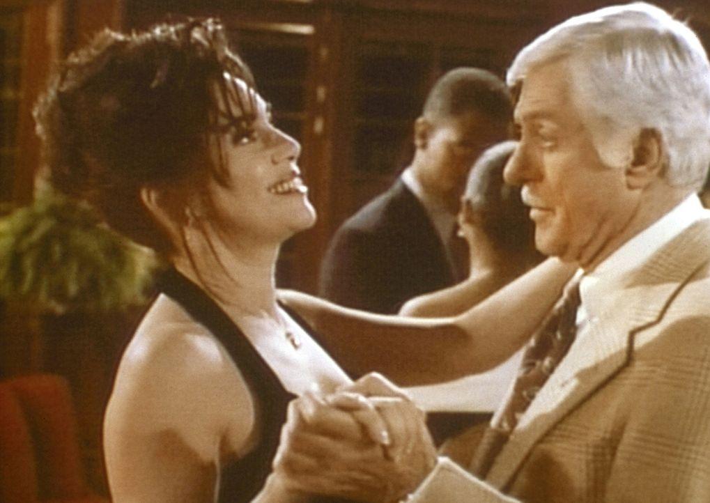Mark (Dick Van Dyke, r.) tanzt mit Moriah (Julie Carmen, l.), die er verdächtigt, ein Vampir zu sein. - Bildquelle: Viacom