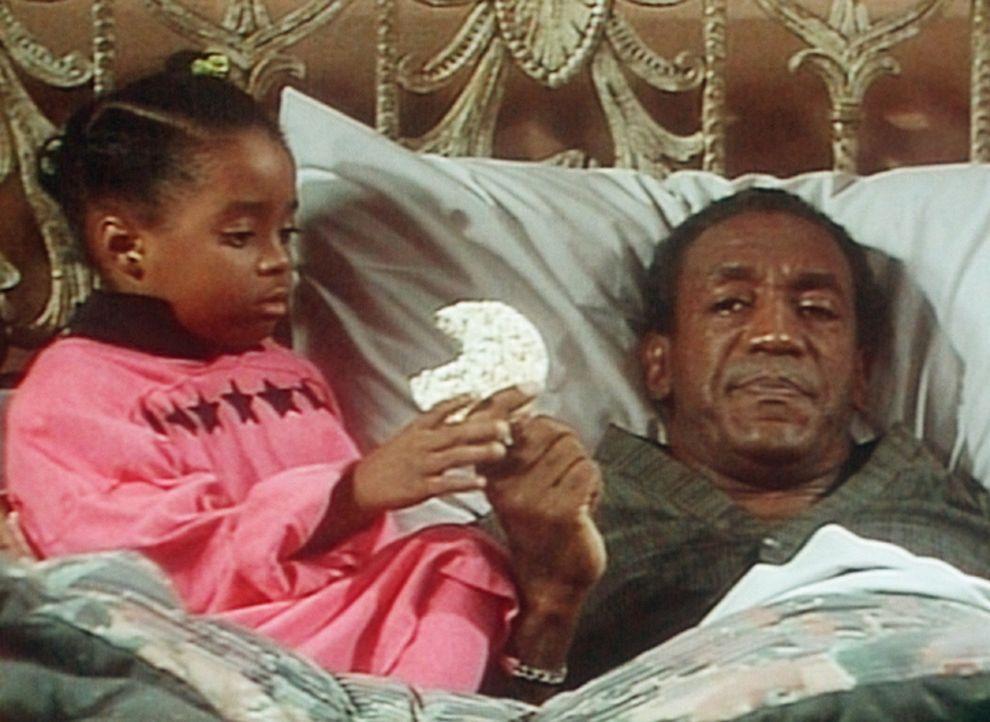 Die Reiskekse teilt Cliff (Bill Cosby, r.) bereitwillig mit Rudy (Keshia Knight Pulliam, l.), obwohl er furchtbar hungrig ist. - Bildquelle: Viacom