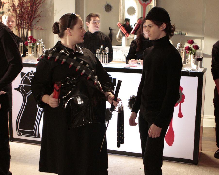 Dorota (Zuzanna Szadkowski, l.) und Eric (Connor Paolo, r.) haben fleißig bei der Organisation der Gangster-Party geholfen. - Bildquelle: Warner Brothers